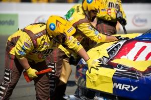 2009 NASCAR Toyota SaveMart 350 100 - Kyle Busch pit crew